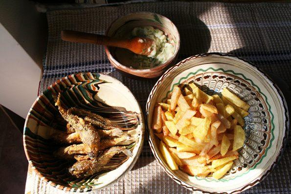 Guvizi prajiti cu mujdei si cartofi prajiti