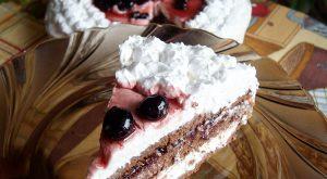 Tort Deliciu de Weekend cu crema de ciocolata alba, dulceata si frisca