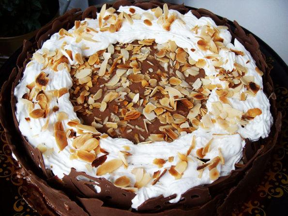 Tort Deliciu de Weekend cu spuma de ciocolata si nuci glasate