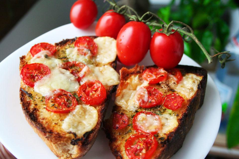 Bruschete-cu-rosii-si-mozzarella