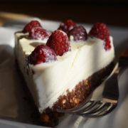 Cheesecake cu crema fina de ciocolata alba si zmeura