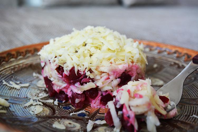 Salata pui, cascaval si sfecla rosie