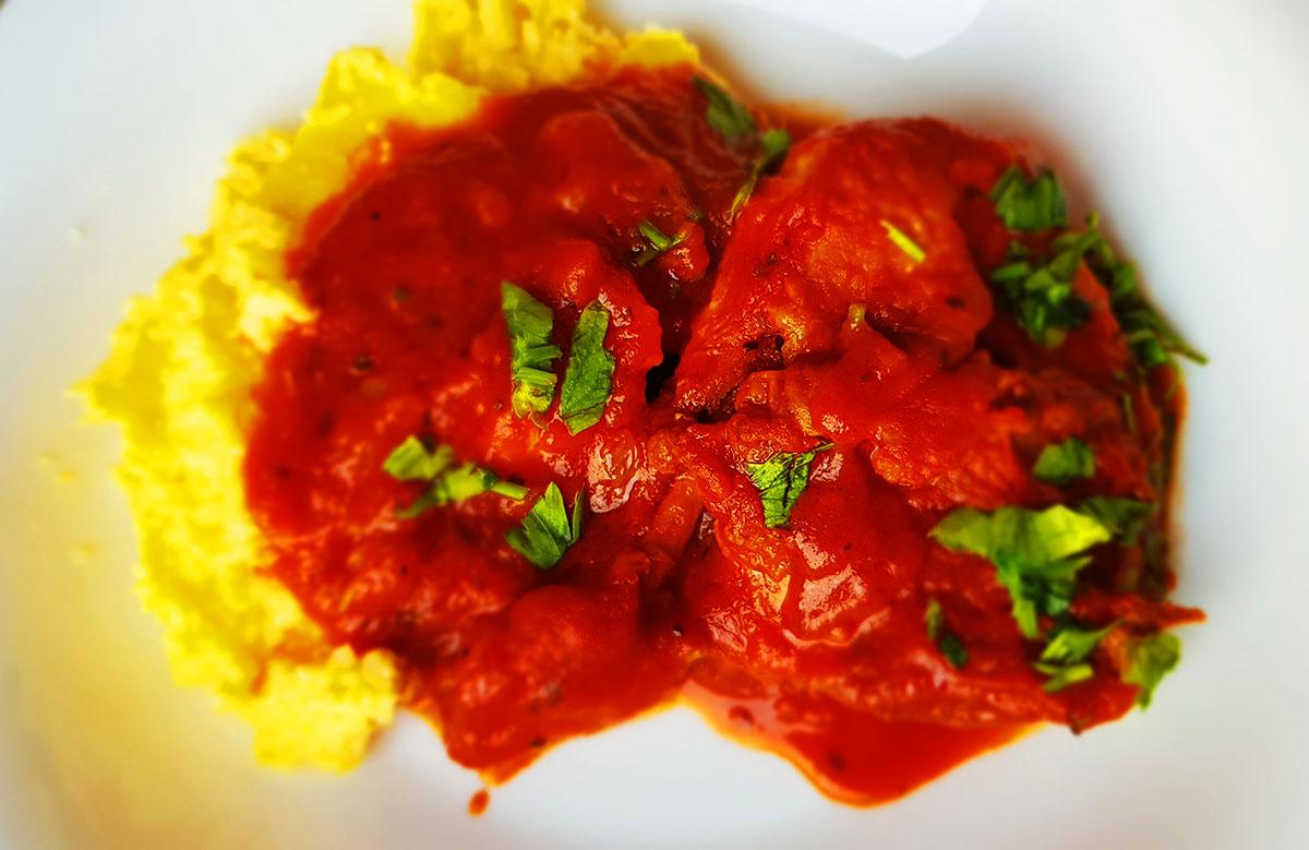 Tocanita rapida de pui cu sos rosu si mamaliguta