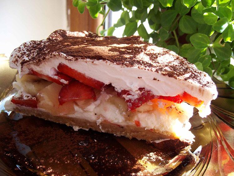 Tort Deliciu de Weekend cu mascarpone, banane, ananas si capsuni